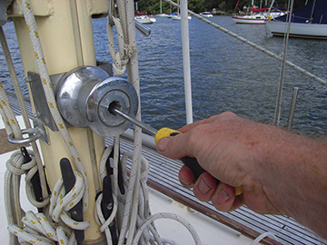 Remove the inner screw to free the drum with a caged winch.