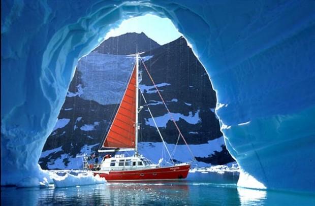Yacht-Vagabond-in-Arctic-