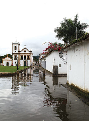 Paraty flooded street